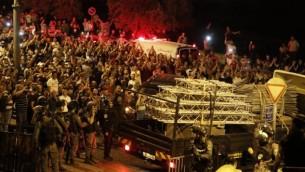 الفلسطينيون يحتفلون خارج باب الأسباط في القدس القديمة في 27 يوليو، 2017 بعد إزالة المزيد من الحواجز الإسرائيلية من الحرم القدسي. (AFP / AHMAD GHARABLI)