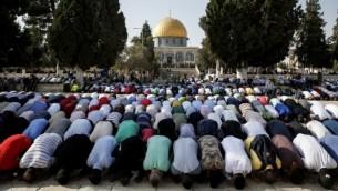 مسلمون يصلون في الحرم القدسي في 27 يوليو، 2017. (AFP Photo/Ahmad Gharabli)