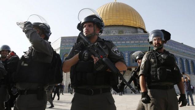 قوات الأمن الإسرائيلية تأخذ موضعا أمام قبة الصخرة في الحرم القدسي في البلدة القديمة من القدس في 27 يوليو / تموز. (AFP PHOTO / AHMAD GHARABLI)