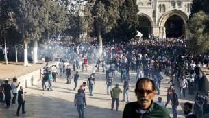 قوات الأمن تطلق الغاز المسيل للدموع في الحرم القدسي خلال اشتباكات 27 يوليو 2017.( AFP Photo/Ahmad Gharabli)