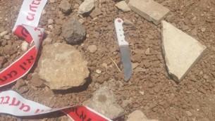 السكين الذي استُخدم من قبل رجل فلسطيني لطعن جنود بعد أن حاول دهسهم بمركبته على طريق بالقرب من مستوطنة تقوع في الضفة الغربية، 10 يوليو، 2017. (IDF Spokesperson's Unit)