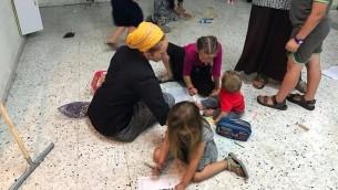 اطفال يلعبون داخل منزل استولى عليه مستوطنين في الخليل، 26 يوليو 2017 (Jacob Magid)