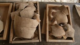 أباريق محطمة، تشهد على تدمير عصر الهيكل الأول في مدينة داود. (Eliyahu Yanai, Courtesy of the City of David Archive)