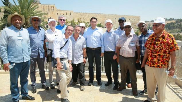 رئيس بلدية القدس، الخامس من اليمين، يقف الى جانب السفير الإسرائيلي الى الامم المتحدة داني دانون، السادس من اليمين، مع مجموعة سفراء الى الامم المتحدة من تسع دول، خلال جولة في مدينة داود في القدس، 4 يوليو 2017 (Arnon Bossani and Frayda Leibtag)