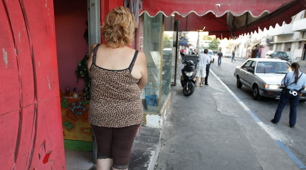 صورة توضيحية: عاملة جنس امام بيت دعارة في جنوب تل ابيب، تنظر الى شرطية في جوارها، 21 سبتمبر 2008 (Kobi Gideon / FLASH90)