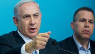 رئيس الوزراء بينيامين نتنياهو، من اليسار، يتحدث خلال مؤتمر صحفي مع وزير الأمن العام غلعاد إردان في مكتب رئيس الوزراء في القدس، 8 أكتوبر، 2015. (Sindel/Flash90)