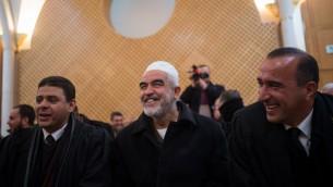 زعيم الفرع الشمالي للحركة الإسلامية في إسرائيل، الشيخ رائد صلاح (وسط الصورة)، في قاعة المحكمة العليا في القدس، 26 يناير، 2016. (Yonatan Sindel/Flash90)