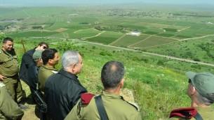 بينيامين نتنياهو خلال جولة أمنية ودفاعية في هضبة الجولان، بالقرب من الحدود الشمالية لإسرائيل مع سوريا، 11 أبريل، 2016. (Kobi Gideon/GPO)