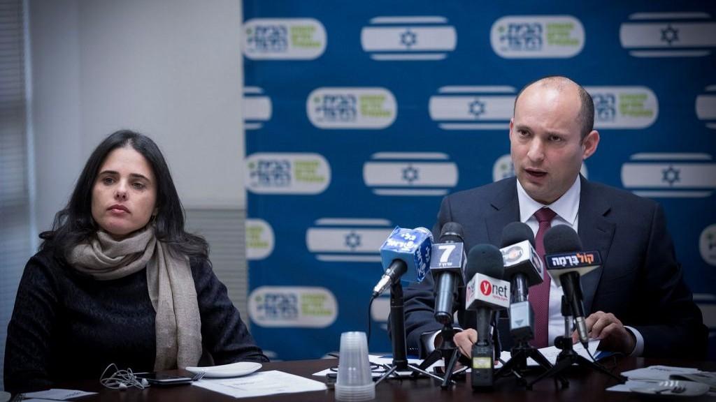 وزير التعليم نفتالي بينيت (من اليمين) ووزير العدل أييليت شاكيد خلال مشاركتهما في جلسة لكتلة 'البيت اليهودي' في الكنيست، 12 ديسمبر، 2016. (Yonatan Sindel/Flash90)