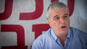 رئيس مجلس يشاع الاستيطاني آفي روعي خلال مؤتمر صحفي في القدس، 2 مارس 2017 (Yonatan Sindel/Flash90)