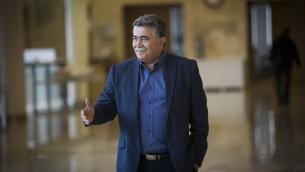 عضو الكنيست من حزب العمل عمير بيريتس في الكنيست، 20 مارس 2017 (Yonatan Sindel/Flash90)