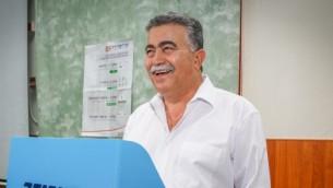 رئيس حزب العمل الشابق عمير بيريتس يدلي بصوته في محطة اقتراع في ديمونا، 4 يوليو 2017 (Flash90)