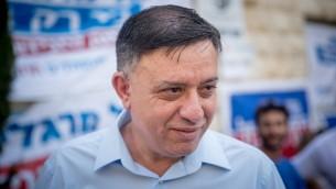 المرشح لقيادة حزب العمل آفي غاباي، امام محطة اقتراع في القدس، 4 يوليو 2017 (Yonatan Sindel/Flash90)
