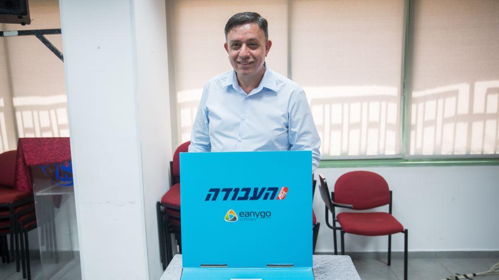 المرشح لقيادة حزب العمل آفي غاباي يدلي بصوته في محطة اقتراع في القدس، 4 يوليو 2017 (Yonatan Sindel/Flash90)