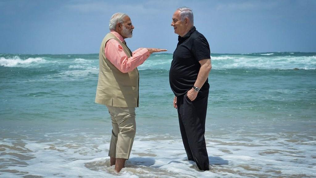 رئيس الوزراء بينيامين نتنياهو ونظيره الهندي ناريندرا مودي في زيارة إلى محطة تحلية مياه في شاطئ 'أولغا'، 6 يوليو، 2017. (Kobi Gideon/GPO/Flash90)