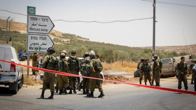 جنود يصلون إلى موقع ما يُشتبه بأنه هجوم دهس على طريق سريع في وسط الضفة الغربية، 10 يوليو، 2017 (Gershon Elinson/Flash90)