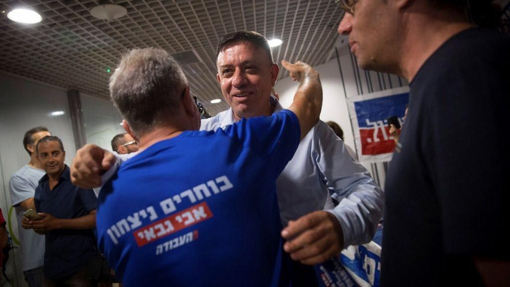 آفي غاباي يصل محطة اقتراع في تل ابيب، 10 يوليو 2017 (Miriam Alster/ Flash90)