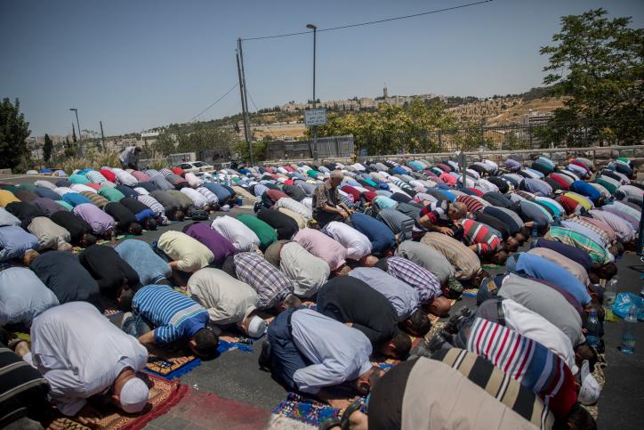 مصلون مسلمون يصلون أمام باب الأسباط بالقرب من الحرم القدسي، 14 يوليو، 2017، بعد إغلاق الموقع في أعقاب هجوم وقع بالقرب من الموقع القدس الذي قام خلاله ثلاثة مواطنين إسرائيليين عرب بقتل شرطيين إسرائيليين بعد إطلاق التار عليهما.(Yonatan Sindel/Flash90)