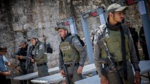 ضباط شرطة حرس الحدود بالقرب من البوابات الالكترونية التي وضعت خارج الحرم القدسي، في البلدة القديمة في القدس، 16 يوليو 2017. (Yonatan Sindel/Flash90)