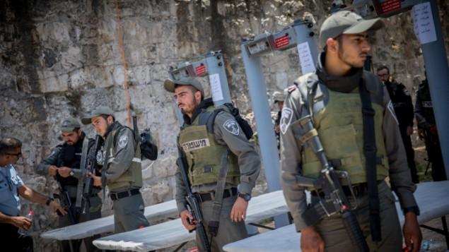 عناصر شرطة حرس الحدود يقومون بالحراسة عند بوابات إلكترونية تم وضعها خارج الحرم القدسي في البلدة القديمة في مدينة القدس، 16 يوليو، 2017. (Yonatan Sindel/Flash90)