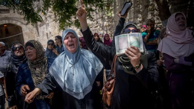 نساء مسلمات يتظاهرن امام باب الاسباط، عند مدخل الحرم القدسي، في القدس القديمة، 16 يوليو 2017 (Yonatan Sindel/Flash90)