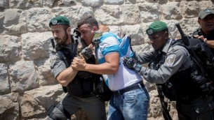 ضباط شرطة الحدود يتصادمون مع المصلين المسلمين خلال احتجاج على بوابة الأسباط في القدس القديمة في 19 يوليو 2017. (Yonatan Sindel/Flash90)