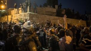 مصلون مسلمون يحتجون عند باب الأسباط في البلدة القديمة، بعد أن قامت الشرطة بتحديد الدخول إلى الحرم القدسي ليقتصر على الرجال كبار السن والنساء، 27 يوليو، 2017. (Hadas Parush/Flash90)