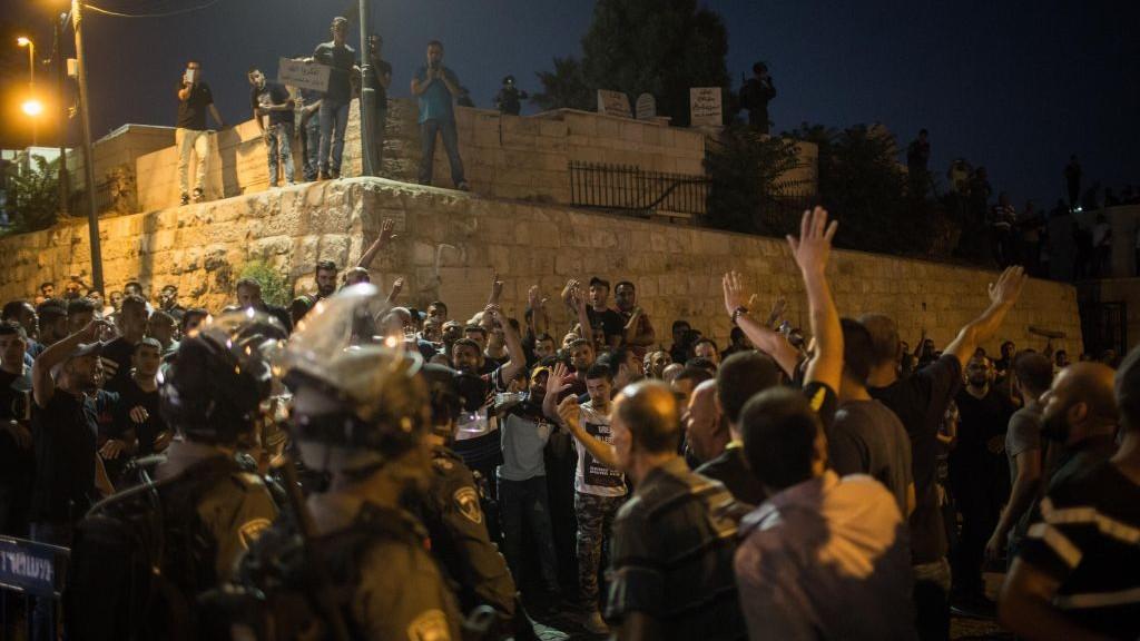 مسلمون يتظارون امام باب الاسباط في القدس القديمة، بعد تحديد الشرطة الدخول للحرم القدسي للنساء والمسنين، 27 يوليو 2017 (Hadas Parush/Flash90)