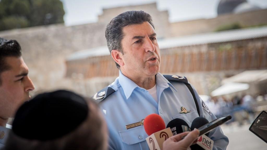 قائد شرطة القدس يورام هاليفي خلال مؤتمر صحفي حول الاحداث الاخيرة في الحرم القدسي، في الحائط الغربي، 27 يوليو 2017 (Yonatan Sindel/Flash90)