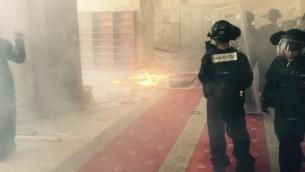 مواجهات بين الشرطة الإسرائيلية ومحتجين فلسطينيين في الحرم القدس، 29 سبتمبر، 2015. (Israel Police)