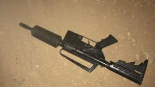 السلاح الذي استُخدم من قبل المسلح الفلسطيني الذي حاول اطلاق النار على جنود إسرائيليين حاولوا اعتقاله قبل أن يتم اطلاق النار عليه وقلته، 16 يوليو، 2017. (Police spokesperson)