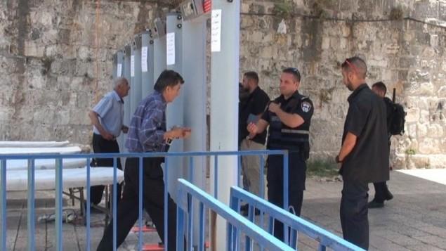 مصلي مسلم يدخل الحرم القدسي، 18 يوليو، 2017. (الشرطة الإسرائيلية)