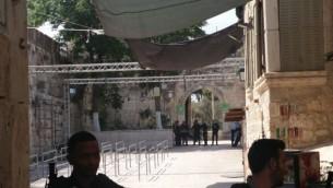 المدخل إلى الحرم القدسي بالقرب من باب الأسباط، في 25 يوليو، 2017، بعد إزالة البوابات الإلكترونية وكاميرات الأمن. (Raoul Wootliff/Times of Israel)