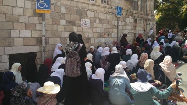 نساء مسلمات خلال الاحتجاجات على اجراءات امنية اسرائيلية في باب الاسباط في القدس القديمة، 25 يوليو 2017 (Raoul Wootliff/Times of Israel)