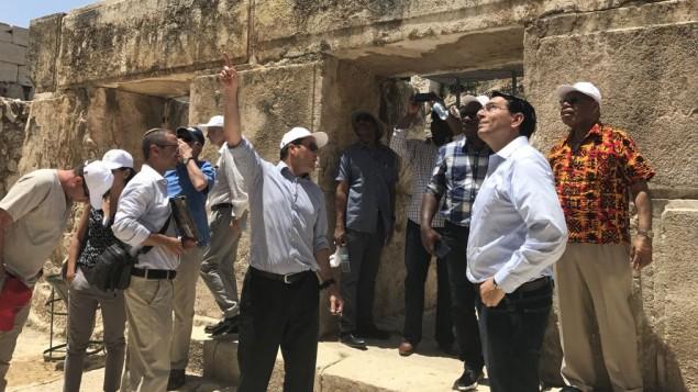 رئيس بلدية القدس نير بركات (مركز) يشرح لمبعوث الأمم المتحدة الإسرائيلي داني دنون، خلال زيارة لسفراء الأمم المتحدة من تسعة بلدان في جولة في مدينة داود في القدس، 4 يوليو / تموز 2017. (Arnon Bossani and Frayda Leibtag)