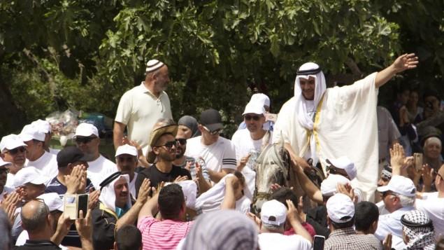 يشارك سكان لفتا السابقين وأحفادهم في حفل زفاف وهمي. (Esther Talkar)