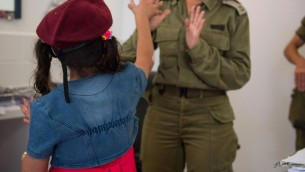 في هذه الصورة غير المؤرخة المقدمة في 19 يوليو، 2017 تعتني جندية إسرائيلية بطفلة سورية في إطار برنامج الجيش 'حسن الجوار' لتقديم المساعدة الإنسانية للمدنيين السوريين على الجانب السوري من هضبة الجولان (IDF spokesperson)