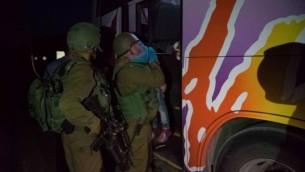 في هذه الصورة غير المؤرخة المقدمة في 19 يوليو، 2017يقدم جنود إسرائيليون المساعدة لطفل سوري في إطار برنامج الجيش 'حسن الجوار' لتقديم المساعدة الإنسانية للمدنيين السوريين على الجانب السوري من هضبة الجولان (IDF spokesperson)