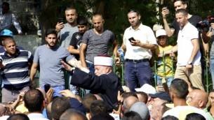 يرفع مفتي القدس محمد حسين على أكتاف المصلين قبل دخولهم إلى  المسجد الأقصى لأول مرة منذ 12 يوما,  27 يوليو / تموز 2017. (Dov Lieber / Times of Israel)