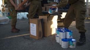 في هذه الصورة غير المؤرخة المقدمة في 19 يوليو، 2017، جنود من الجيش الإسرائيلي يقومون بتحضير مساعدات إنسانية في إطار برنامج الجيش 'حسن الجوار' لتقديم المساعدة الإنسانية للمدنيين السوريين على الجانب السوري من هضبة الجولان (IDF spokesperson)