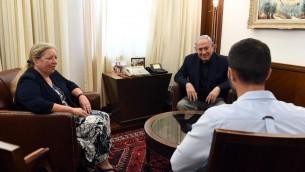 رئيس الوزراء يلتقي بالسفيرة الإسرائيلية لدى الأردن عينات شلين وحارس الأمن 'زيف'، الذي أطلق النار على أردنيين وقتلهما بعد أن قام أحدهما بطعنه. (Haim Zach/GPO)