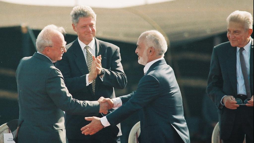 الرئيس الاميركي انذاك بيل كلينتون, رئيس الوزراء الاسرائيلي يتسحاق رابين, العاهل الاردني الملك حسين ,والرئيس الاسرائيلي عيزر فايتسمان في حفل التوقيع على معاهدة السلام في صحراء العربة في تشرين الاول / اكتوبر 1994. (Flash90/Yossi Zamir/File)