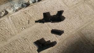 مسدس وسلاحان من طراز 'كارلو' تم استخدامهم في هجوم إطلاق النار اللذان أسفرا عن مقتل شرطيين إسرائيليين في الحرم القدس في البلدة القديمة بمدينة القدس، 14 يوليو، 2017. (الشرطة الإسرائيلية)