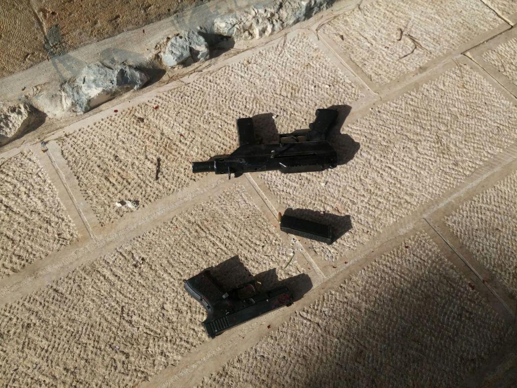 مسدس ورشاش من طراز كارلوا استخدما في هجوم اطلاق نار ادى الى اصابة اسرائيليان بإصابات بالغة بالقرب من الحرم القدسي، في القدس القديمة، 14 يوليو 2017 (Israel Police)