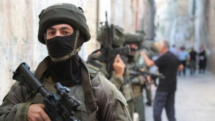 ضباط شرطة الحدود المنتشرين في البلدة القديمة في القدس بعد هجوم إطلاق النار على الحرم القدسي الذي أدى  إلى إصابة ثلاثة أشخاص، اثنان منمها في حالة خطيرة، في 14 يوليو / تموز 2017. (Israel Police)