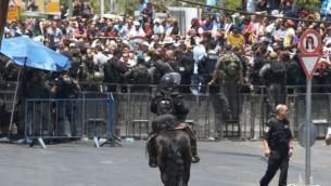 قوات الأمن الإسرائيلية تقف أمام المصلين المسلمين الفلسطينيين خارج بوابة الأسباط في البلدة القديمة في القدس، 21 يوليو / تموز 2017. (Micah Danney/Times of Israel)