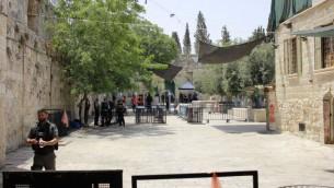 نقاط التفتيش التي وضعتها الشرطة في المدينة القديمة لتفتيش المصلين في طريقهم إلى الحرم القدسي، 21 يوليو 2017. (Judah Ari Gross/Times of Israel)