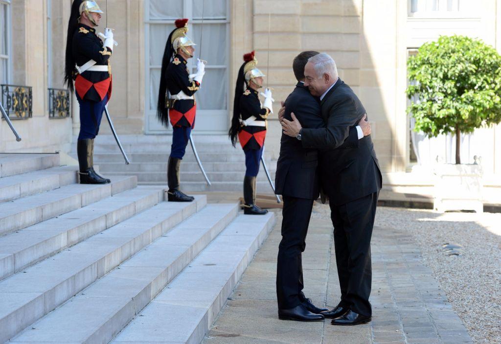 الرئيس الفرنسي ايمانويل ماكرون يرحب برئيس الوزراء بنيامين نتنياهو في قصر الاليزيه في باريس، 16 يوليو 2017 (Haim Tzach/GPO)