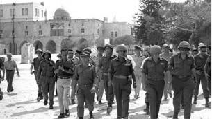 موشيه دايان في الحرم القدسي، 7 يونيو 1967. (Ilan Bruner / GPO)