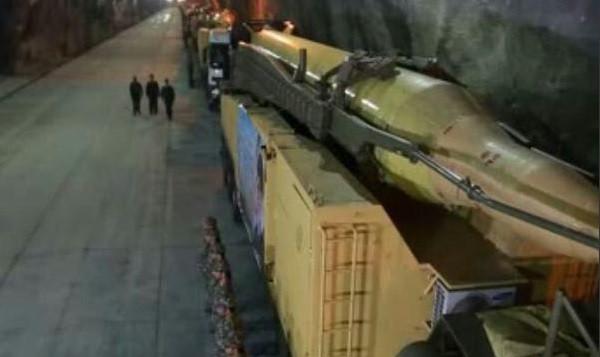 صاروخ بالستي في ما تقول إيران إنها قاعدة تحت الأرض، في موقع غير معروف في البلاد. القاعدة بحسب تقارير تتواجد 500 مترا تحت الأرض. (Screen capture PressTV)